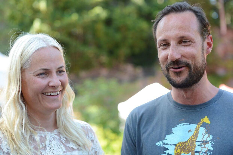 Kronprinsesse Mette-Marit og kronprins Haakon af Norge har tjent et større millionbeløb på salg af et par boliger, som er blevet renoveret for norske skattekroner.
