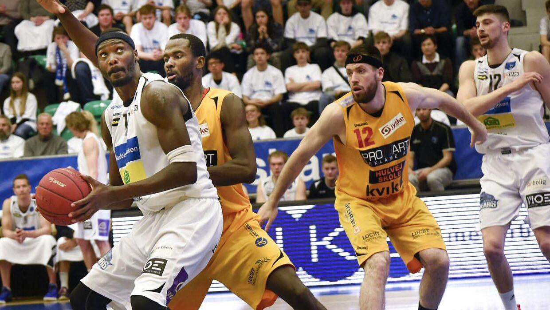 Horsens IC (gule trøjer) er tæt på DM-titlen i basketball.