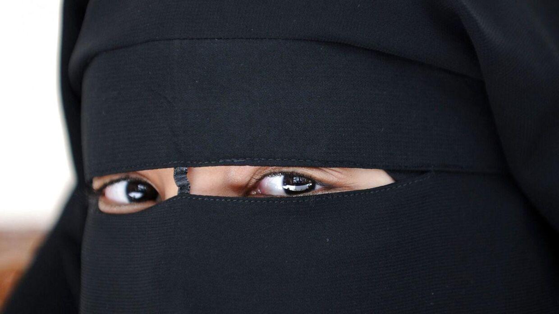 Nye studerende på VUC Lyngby må fremover ikke bærer niqab på skolen. I stedet henvises de til e-learnings-kurser. De seks kvinder, der er årsag til det nye reglesæt, får lov at fortsætte på skolen.