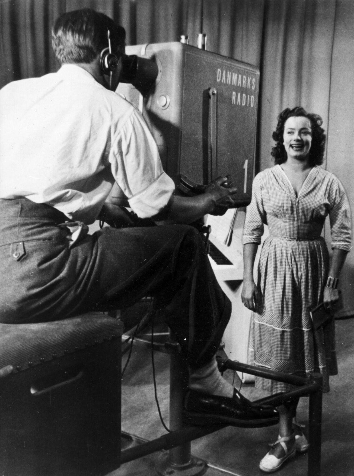 Skuespilleren Lily Broberg var den første fjernsyns speaker ved DRs prøveudsendelse fra Tivoli i 1948. Her er hun foran tv-kameraet i 1950. foto: Scanpix