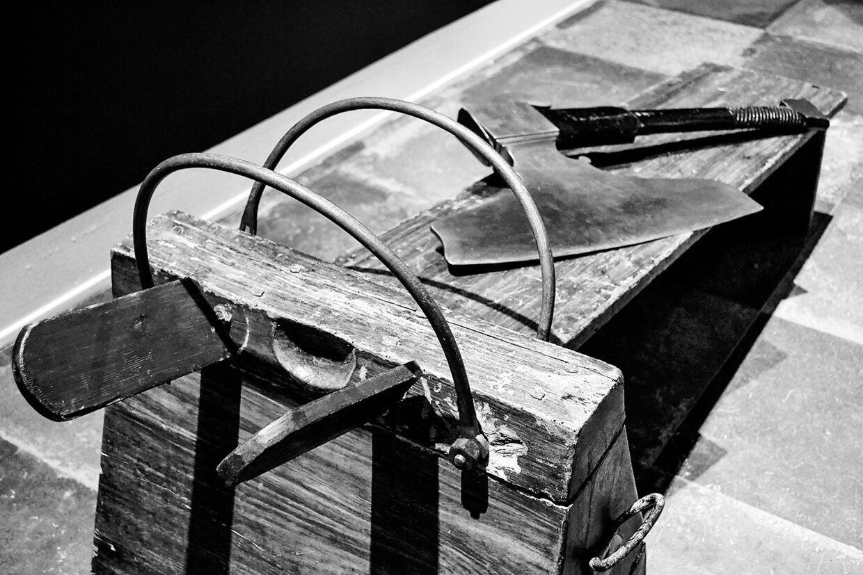 Huggeblokken og øksen, der den 8. november 1892 blev brugt til at henrette Jens Nielsen. Foto: Horsens museum/'Ondskabens øjne'