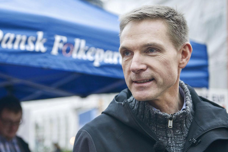 Sidste dag inden folkeafstemningen. Kristian Thulesen Dahl snakker med vælgere ved Storkespringvandet. Onsdag den 2. december 2015.