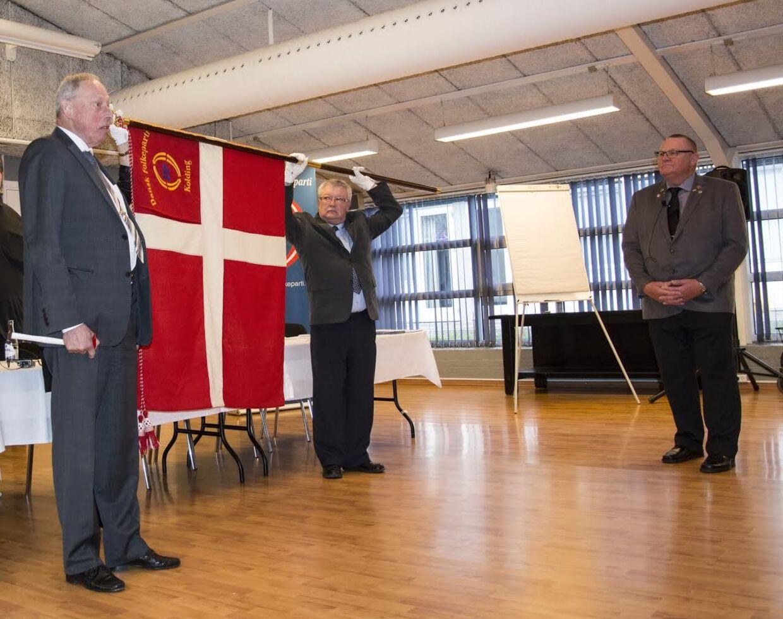 Grev Ingolf af Rosenborg, kasserer Flemming Hansen med Dannebrogsfanen og lokalformand Gunner Nielsen. Foto: Leif Grøn