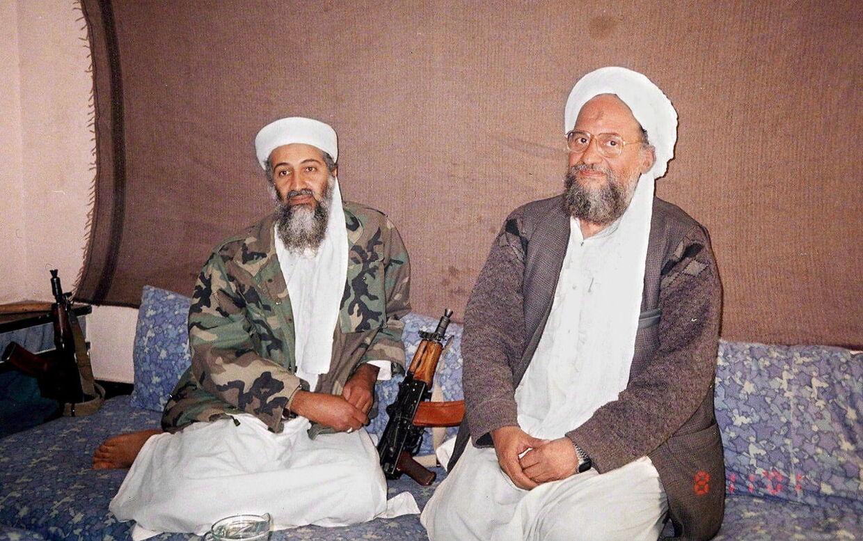 Billedet er fra 2001 og viser Osama Bin Laden til venstre og Ayman Mohammed Rabie al-Zawahiri til højre.
