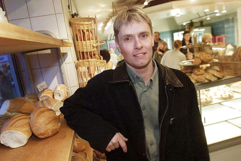 Her ses Steen Skallebæk i år 2000 foran sin forretning i Haderslev.