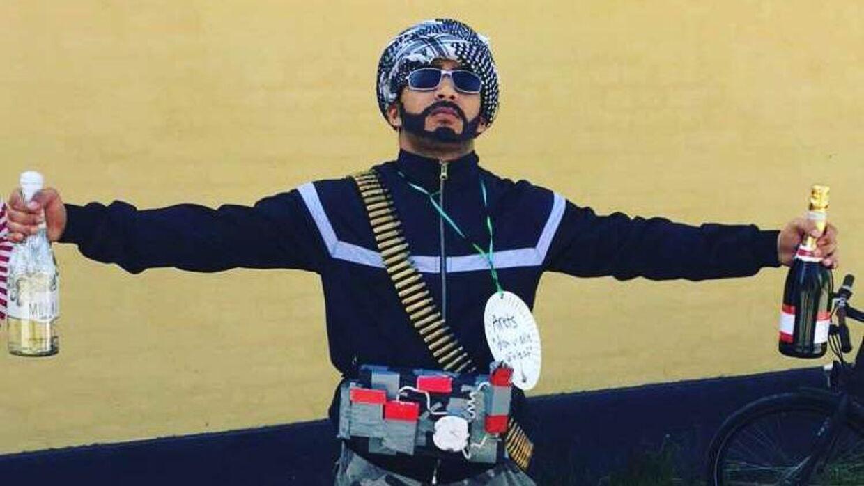 Badir Lawaf i sit terrorist-kostume, som han vandt bedste udklædning med.
