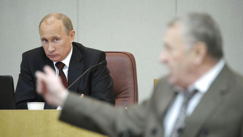 Vladimir Zhirinovsky opfordrer Vladimir Putin til at vise Ruslands militære styrke og rasler med atomvåben. Her ses begge russiske politikere.