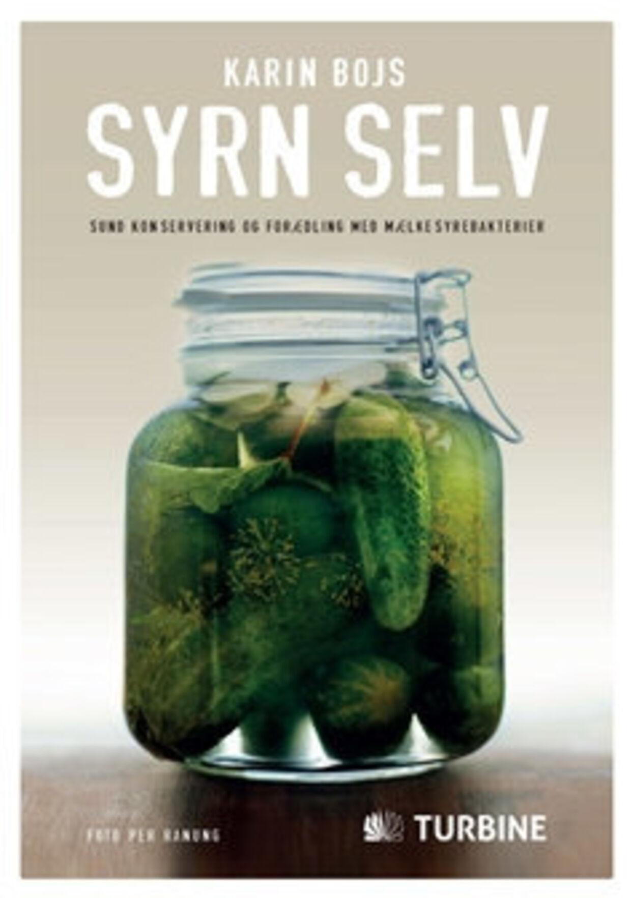 I 'Syrn selv' guider Karin Bojs dig gennem de enkelte trin til syrning af grøntsager og deler bl.a. opskrifter på retter fra hele Europa, hvor syrnet tilbehør passer til.