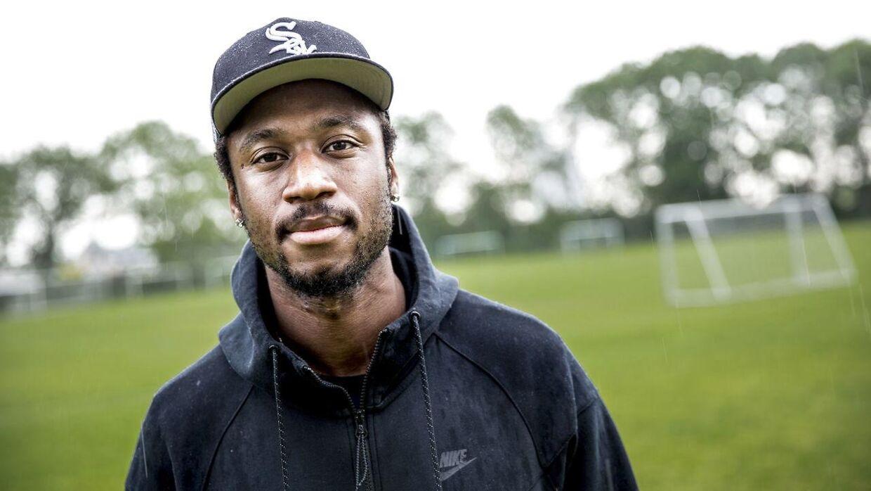 27-årige Eddi Gomes er født i fattige Guinea-Bissau, har levet i slum og ghetto i Portugal, inden han kom til Danmark, hvor en skrantende fodboldkarriere i serie 3 pludselig tog fart og med raketfart sendte danskeren på et kinesisk eventyr