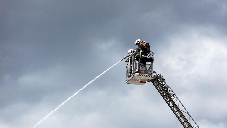 Brandvæsen fra Randers, Horsens og Beredskabsstyrelsen er blevet tilkaldt for at hjælpe med at slukke en større brand på havnen i Aarhus.
