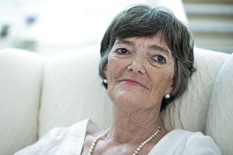 Jane Aamund er på det nærmeste genopstået fra de døde og har fået nyt liv. I hvertfald bekendtgjorde forfatteren tidligere på året, at hun ville have aktiv dødshjælp i Schweiz. Nu er hun ved at færdiggøre en ny roman og flyttede 1. juli flyttet fra Lemvig til en ny, beskyttet bolig i Nordsjælland som er tættere på hendes behandlere. Fotograferet i sit nye hjem i Charlottenlund d. 24 juli 2014
