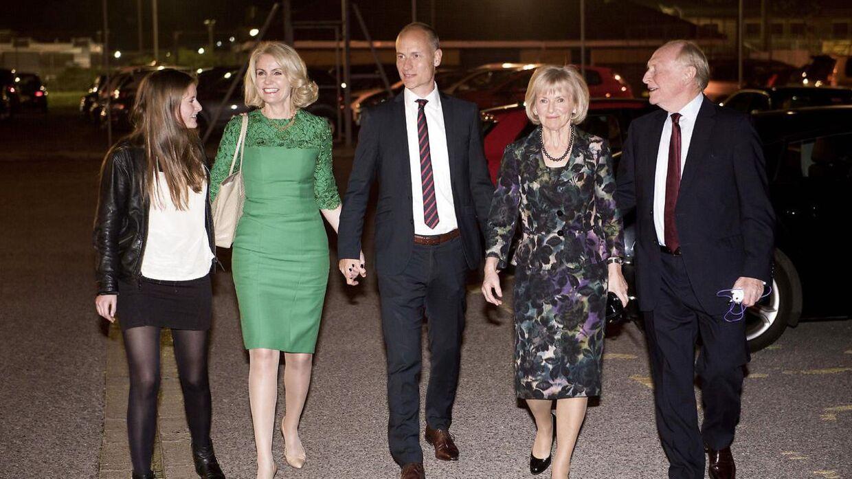 Helle Thorning-Shcmidt sammen med manden Steven Kinnock og svigerforældrene, som bliver angrebet hårdt i en engelsk avis.