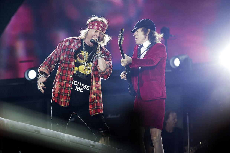 AC/DC spiller søndag d. 12. juni 2016 i Ceres Park i Aarhus. AC/DC optræder ikke med original besætning, da bandets forsanger Brian Johnson har måtte melde afbud til turnén pga. høretab. Axl Rose, der er forsanger i Guns n' Roses overtager microfonen i stedet. Foto: Mikkel Berg Pedersen
