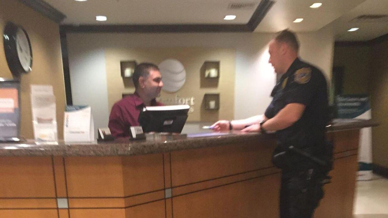 Betjenten betaler med sit eget kreditkort for et værelse til en hjemløs kvinde.