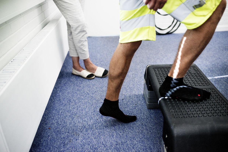Medarbejderne får ved sundhedstjekket blandt andet testet deres fysiske form på en stepbænk.