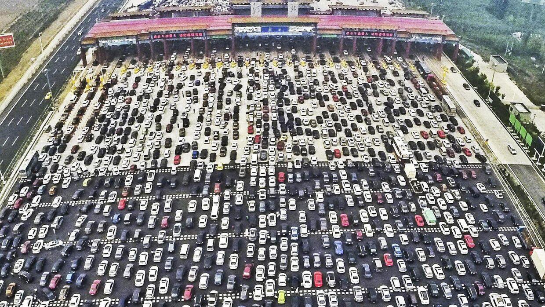 Et billede, der i oktober gik verden rundt: Bilerne hober sig op for at klemme sig igennem den flaskehals, som et betalingsanlæg på motorvejen G4 Beijing-Hong Kong-Macau udgør. En national helligdag endte i totalt kaos, da kinesere vendte bilsnuderne hjemad. Foto: China Daily/Reuters