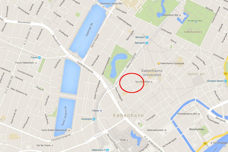 Voldtægten af det mandlige offer fandt ifølge politiets sigtelse sted i en opgang i Skt. Peder Stræde i det indre København 26. marts i år.