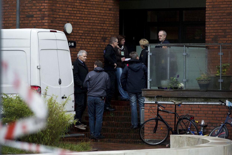 Politi og teknikere udenfor lejligheden i Aarhus hvor politiet torsdag d. 10 december 2015 fandt en død 4-årig dreng. Fredag er moderen for retten