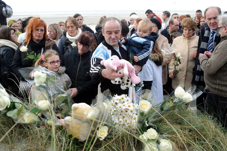 Indbyggerne i Berck-sur-Mer mindedes den 15-måneder gamle pige, som mistede livet, da hendes mor kørte hendes klapvogn i vandet.