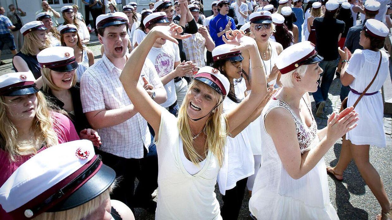 Arkivfoto. Studenter fra Paderup Gymnasium danser på Rådhustorvet.