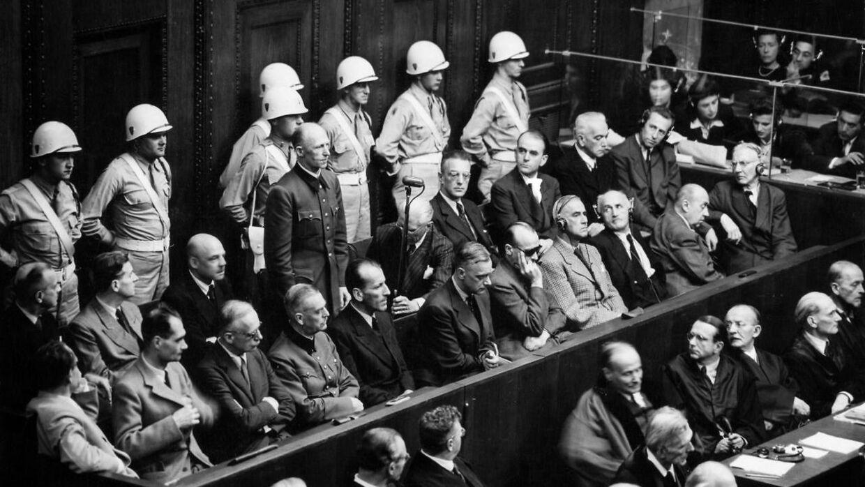 Karl von Frisch undslap nazismen, men tusinder gjorde ikke. Under Nürnbergprocessen i 1946 blev nogle af nøglepersonerne stillet til ansvar for nazimens forbrydelser. Forreste række fra venstre: Hermann Gøring, Rudolf Hess, Joachim von Ribbentrop, Wilhelm Keitel, Ernst Kaltenbrunner, Alfred Rosenberg, Hans Frank, Wilhelm Frick, Julius Streicher, Walther Funk, Hjalmar Schacht. Bagerste række fra venstre: Karl Doenitz, Erich Ræder, Baldur von Schirach, Fritz Sauckel, Alfred Jodl, Franz von Papen (stående), Arthur Seyss-Inquart, Albert Speer, Konstantin van Neurath og Hans Fritzsche.