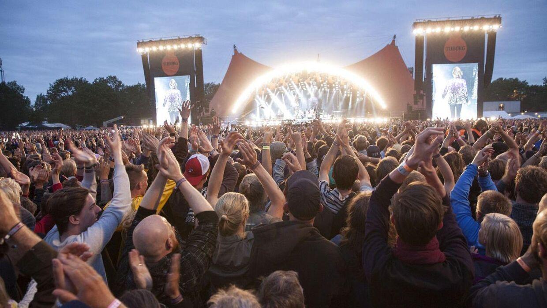 Roskilde Festival er havnet i en regulær shitstorm, efter de på plakater har fortalt, at de registrerer gæsternes beskeder, samtaler og overvåger deres internetforbrug.