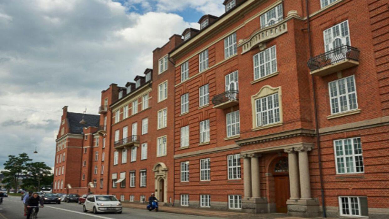 Alexandra er ved at flytte ind i denne smukke ejendom, men indtil videre står der kun 'Frederiksborg' på dørklokken.