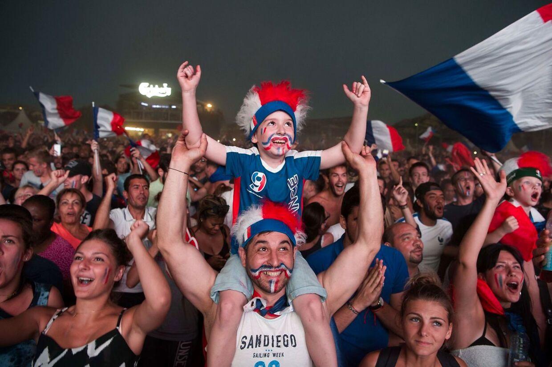 Franske fans under kampen mod Island søndag aften.