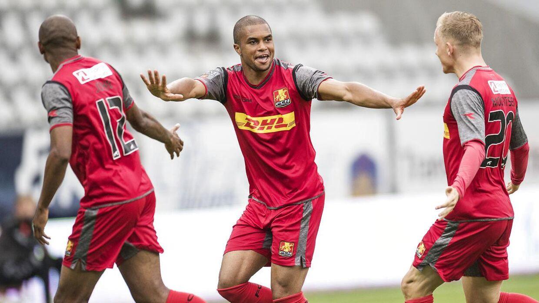 FC Nordsjællands Ramon Rodrigues har scoret til 0-3 og jubler med Joshua John og Nicklas Mouritsen. FCN vandt over Viborg med 4-0.