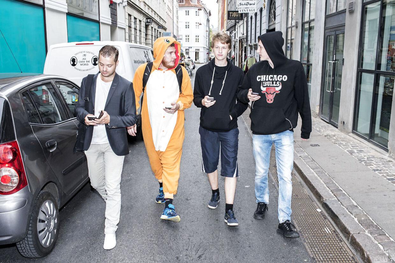 Lørdag den 16. juli 2016 mødte ca. 50 entuisiastiske Pokémon Go spillere op på rådhuspladsen til en fælles pokémon-jagt rundt i København.. (Foto: Emil Hougaard/Scanpix 2016)