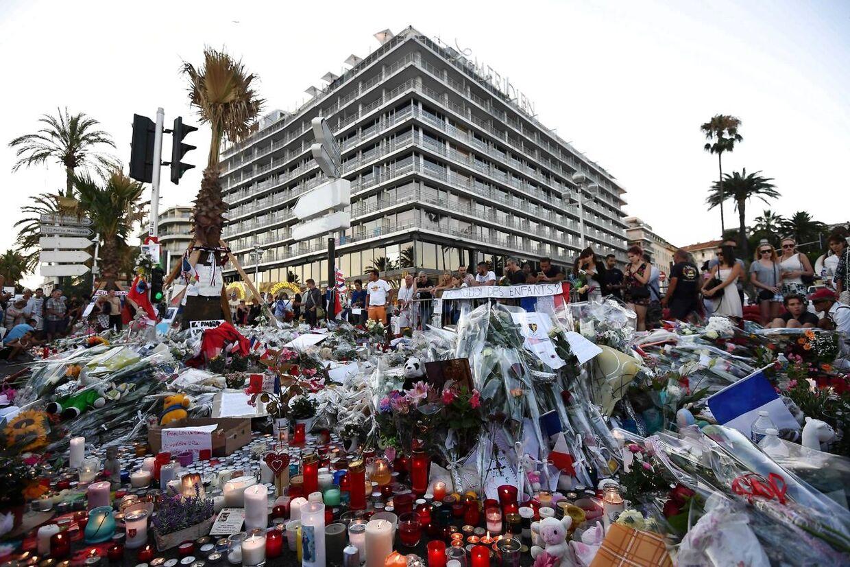 Blomster og lys til ære for ofrene.