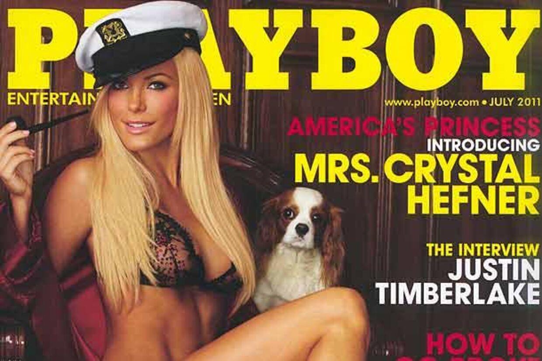 Forsiden af juli-udgaven af det amerikanske Playboy prydes nemlig af Crystal Harris iført Hefners signaturkåbe og kapta.jnhat