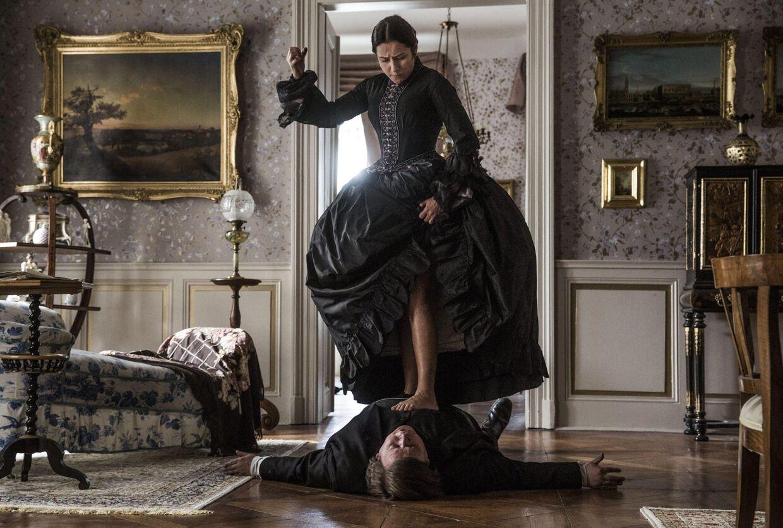 Scene fra Ole Bornedals '1864', hvor D.G. Monrads 'gale' side kommer frem. Her er det Sidse Babett Knudsen i rollen som Johanne Heiberg, der pumper liv i Monrads engagement.
