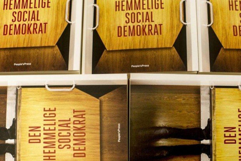 """Hemmelig million til S-forfatter BV.: Flere socialdemokratiske politikere afviser nogen som helst kendskab til beskrivelserne i bogen, """"Den hemmelige socialdemokrat"""", som er skrevet af en anonym forfatter, der angiveligt er et aktivt medlem i den socialdemokratiske folketingsgruppe. Her bogen i boghandelen mandag 10. februar 2014 Foto: Mads Nissen"""