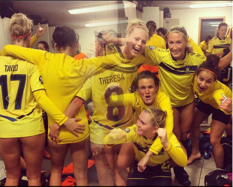 Så er der god stemning, glade piger og blottede baller i omklædningsrummet efter sejren over Fortuna Hjørring.
