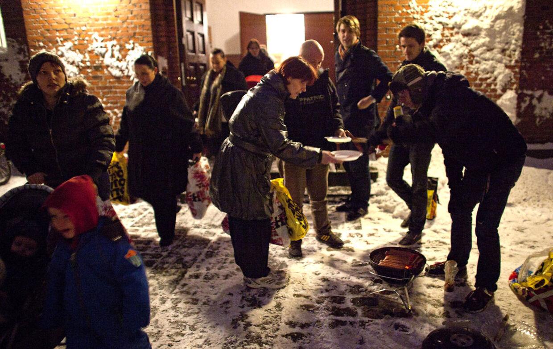 Julehjælp og varme pølser på Nørrebro onsdag den 22. december. For fjerde år i træk deler Kirken Regen gratis julehjælp ud til ca 150 enlige mødre i Kristuskirken på Nørrebro. Det er julegodter som flæskesteg, kartofler, rødkål og ris a la mande, der gives væk, og efterspørgslen er stor.