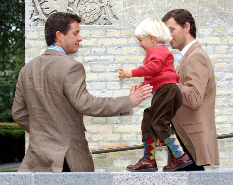Tætte venner siden de var 10, og de har også jævnaldrende børn.Her er Kronprins Frederik medbarne- og ungdomsvennen Holger Foss, samt Holger Foss' søn, Hector, der går line på trappen.