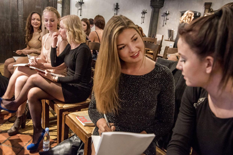 Kandidaterne til årets Miss Universe Denmark mødes til informationsdag søndag den 24 Maj i København. For at bryde isen blev kvinderne bedt om at stille hinanden en række enkle spørgsmål. Det meste af mødet skulle foregå på engelsk, fordi de lige så godt kunne vende sig til, at alt foregår på det sprog, hvis de går videre i konkurrencen.