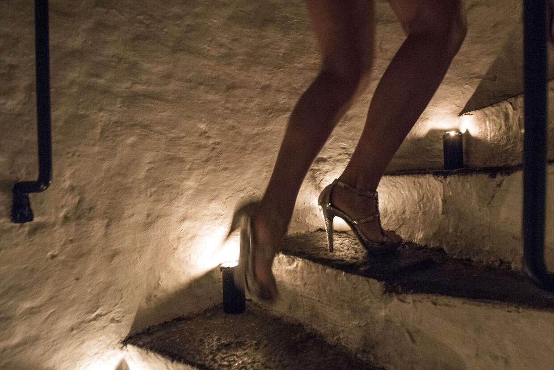 De fleste af de fremmødte kvinder havde de højhælede sko på til mødet. Her er et par stiletter på vej op ad trapperne, hvor de skal op at gå catwalk.