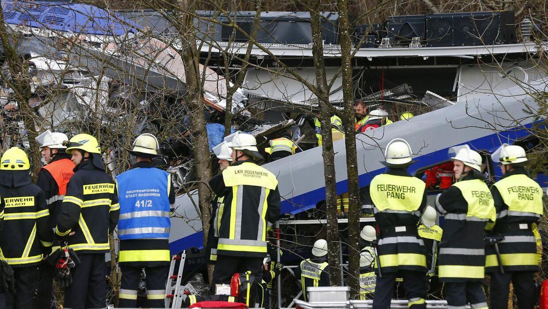 Redningspersonale er i gang ved Bad Aibling nær München i det sydøstlige Tyskland, hvor to tog kolliderede frontalt tirsdag morgen. Fire er bekræftet dræbt og over 150 er sårede efter den voldsomme ulykke, hvor flere togvogne blev afsporet.