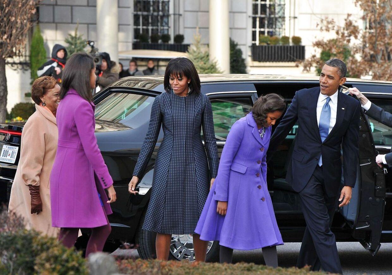 Præsident Barack Obama var mandag morgen i kirke, inden dagens indsættelsesceremoni. Her ses han med fru Michelle Obama og døtrene Sasha (2 fra højre) og Malia ved ankomsten til St. John's Kirke.