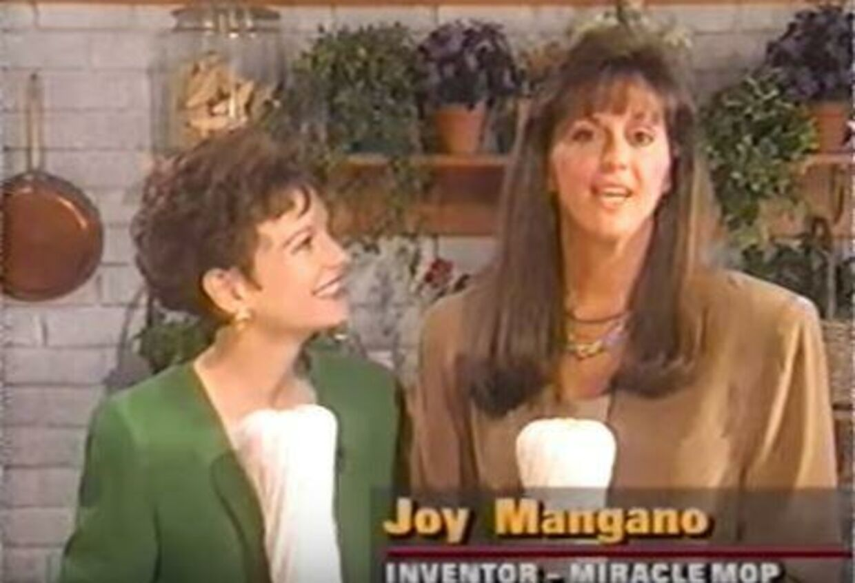 Her ses Joy Mangano til højre, der præsenterer produktet, som gjorde hende til millionær.