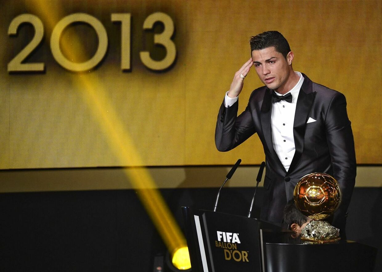 Cristiano Ronaldo modtager prisen som verden bedste fodboldspiller i 2013.