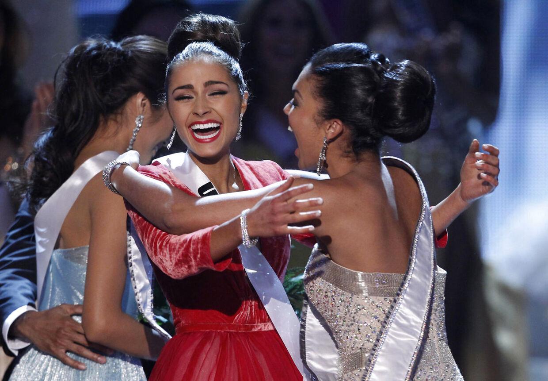 Her bliver Miss USA, Olivia Culpo (i midten) lykønsket af Miss Teen USA 2012, Logan West, kort efter at hun er blevet låret til Miss Universe onsdag aften.