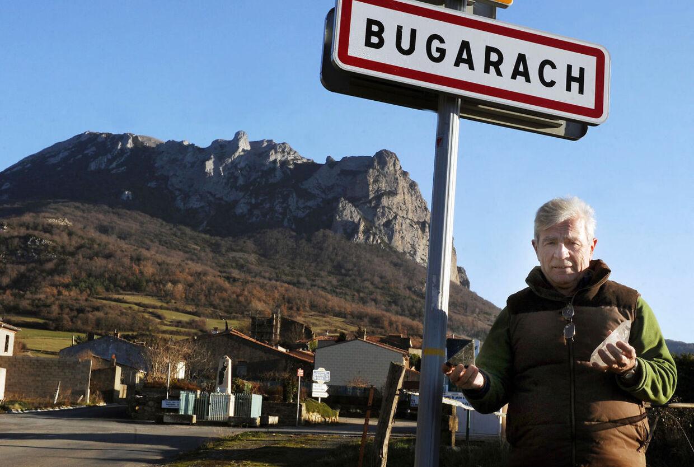 Dmmedagsfolk valfarter til franske Bugaragh, hvor de venter at se en ufo lande på toppen af det nærliggende bjerg. (Foto: Scanpix)