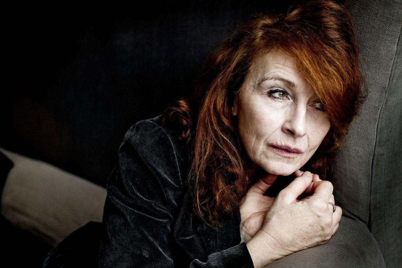 Den 53-årige skuespiller er overført til København. De næste seks uger skal hun sidde i rullestol.