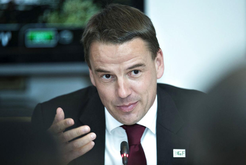 Udviklingsminister Christian Friis Bach har selv valgt at gå af efter at fik en orientering pr. telefon under en rejse i Gaza.