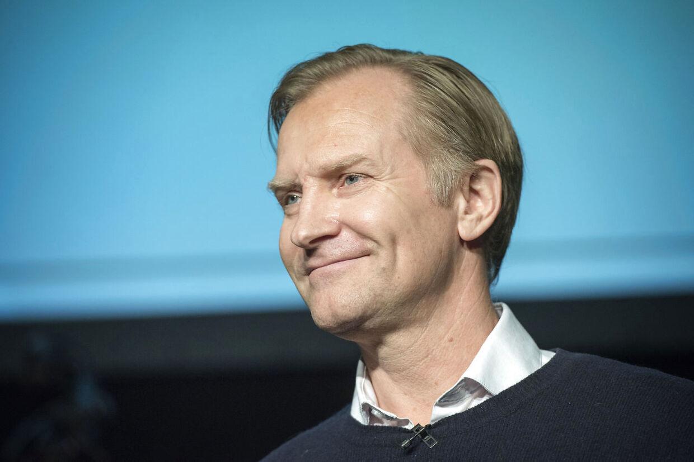 Uddeling af Ove Sprogøe-prisen til en person, der belønnes for en usædvanlig præstation på teatret eller på film det forgangne år. I udnævnelsen er der lagt vægt på, at vedkommende har et talent med potentiale til at opnå samme folkelige og brede appel som Ove Sprogøe. Skuespiller Ulrich Thomsen modtager Ove Sprogøe-prisen mandag d. 21. december 2015 hos Nordisk Film i Valby. (Foto: Jens Nørgaard Larsen/Scanpix 2015)
