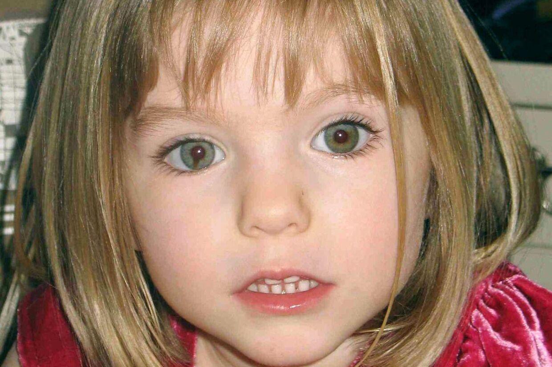 Som det ses på dette ægte billede af Madeleine McCann, så har den forsvundne pige en sjælden farvefejl i sit højre øje. Fejlen er en en sort stribe, der går fra pupillen og ud.