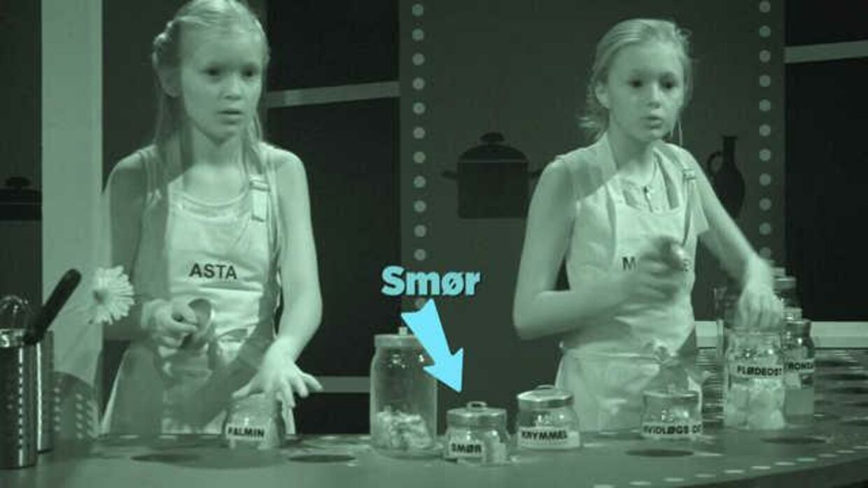 Her er Asta og Mathilde i gang med at føle og smage sig frem til, hvor smørret er. Det er slet ikke let – heller ikke at ramme skålen, når der skal dystes i kagebagning. En dansk idé, der nu er med i kapløbet om at blive årets mest geniale internationale gameshow.